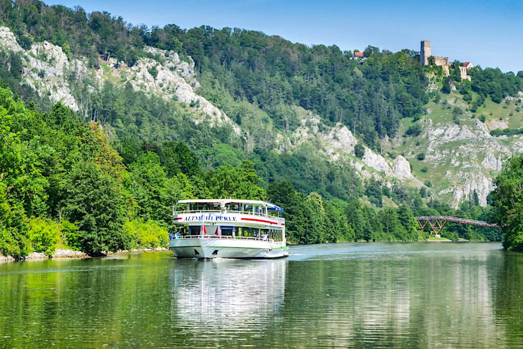 Schiffsfahrt auf dem Main-Donau-Kanal mit Blick auf Burg Randeck und Tatzelwurm - Altmühltal Sehenswürdigkeiten - Bayern