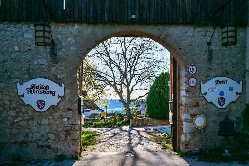 Schloss Arnsberg - Die gut erhaltenen Vorburg wurde zum Hotel mit Biergarten ausgebaut - Faszinierend schöne Ausblicke auf das Altmühltal garantiert - Bayern