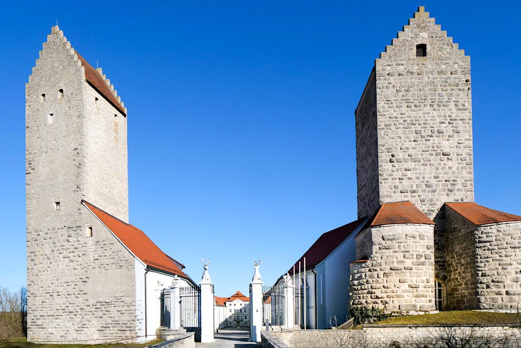 Schloss Hirschberg - Imposante Wehrtürme am Eingang der Schlossanlage - Altmühltal Ausflugstipps - Bayern