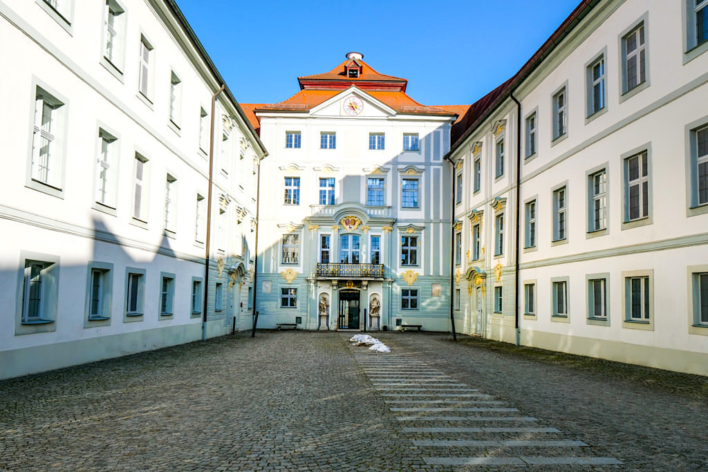 Schloss Hirschberg bei Beilngries - eindrucksvoller Schlossinnenhof, Schloss kann nicht besichtigt werden - Altmühltal - Bayern