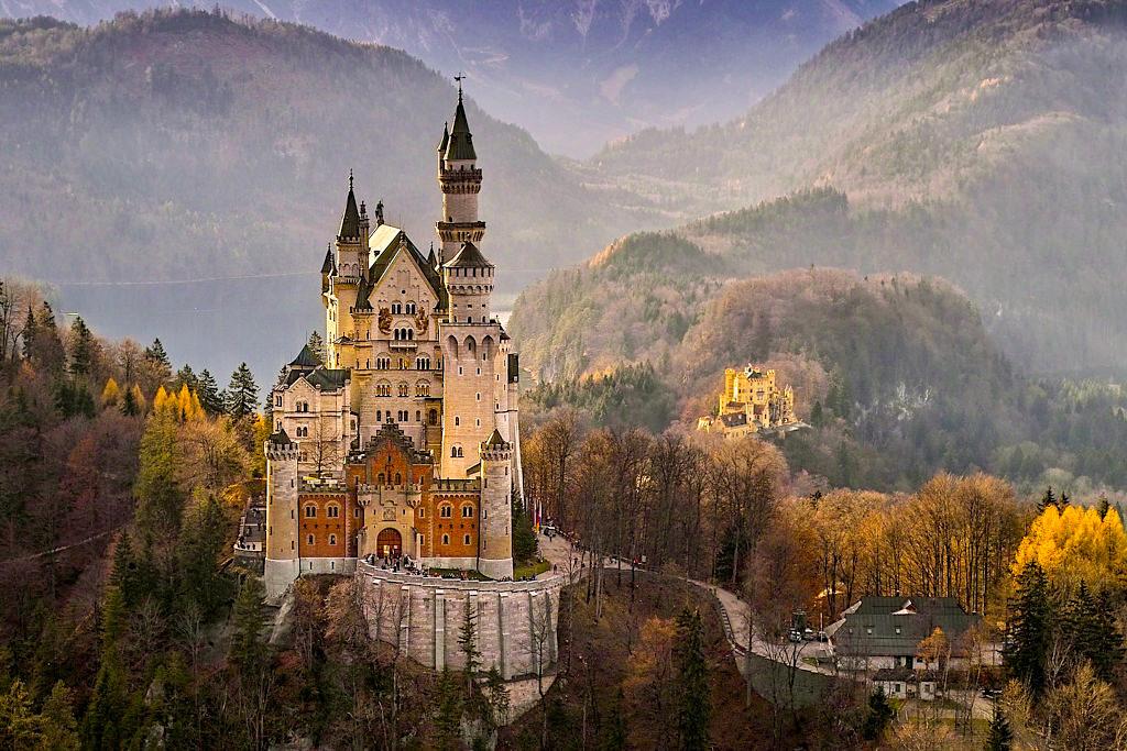 Schloss Neuschwanstein im Herbst - Märchenschloss & Inbegriff der Romantisierung der Burgen im 19. Jahrhundert - Füssen - Bayern