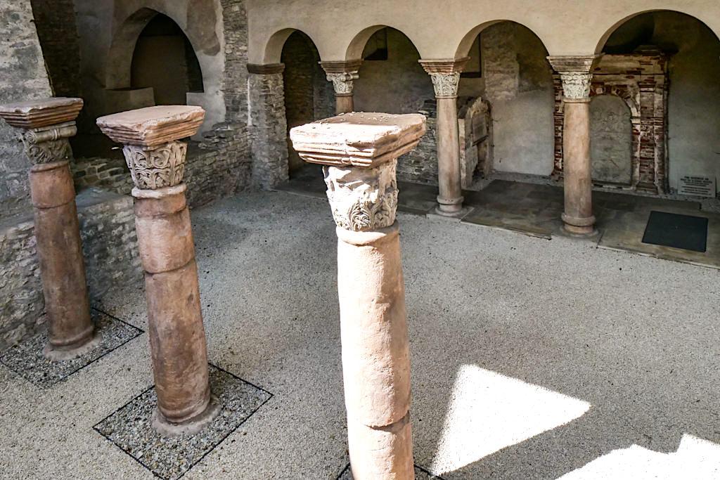 Säulen der historischen Sola-Basilika - Altmühltal Sehenswürdigkeiten - Solnhofen, Bayern