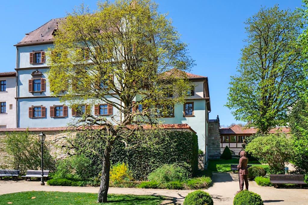 Stadtschloss Treuchtlingen mit Gottfried Heinrich zu Pappenheim Statue im Schlossgarten - Altmühltal - Bayern