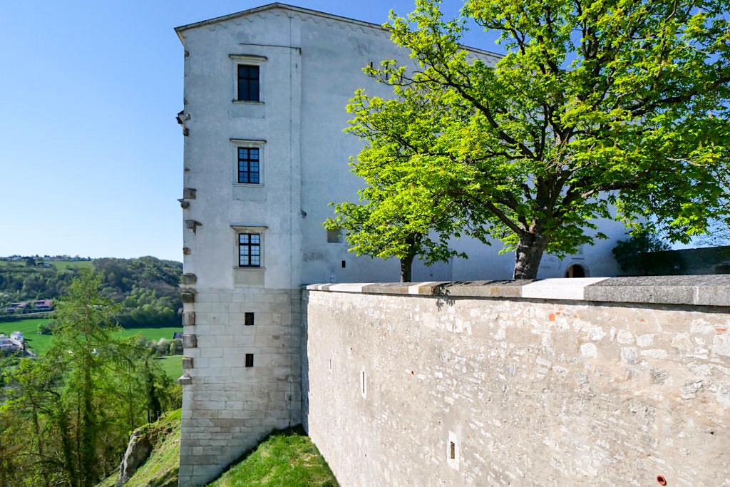 Willibaldsburg - Burgmauern & Gemmingenbau aus der Burghofperspektive - Altmühltal Ausflugstipps - Bayern