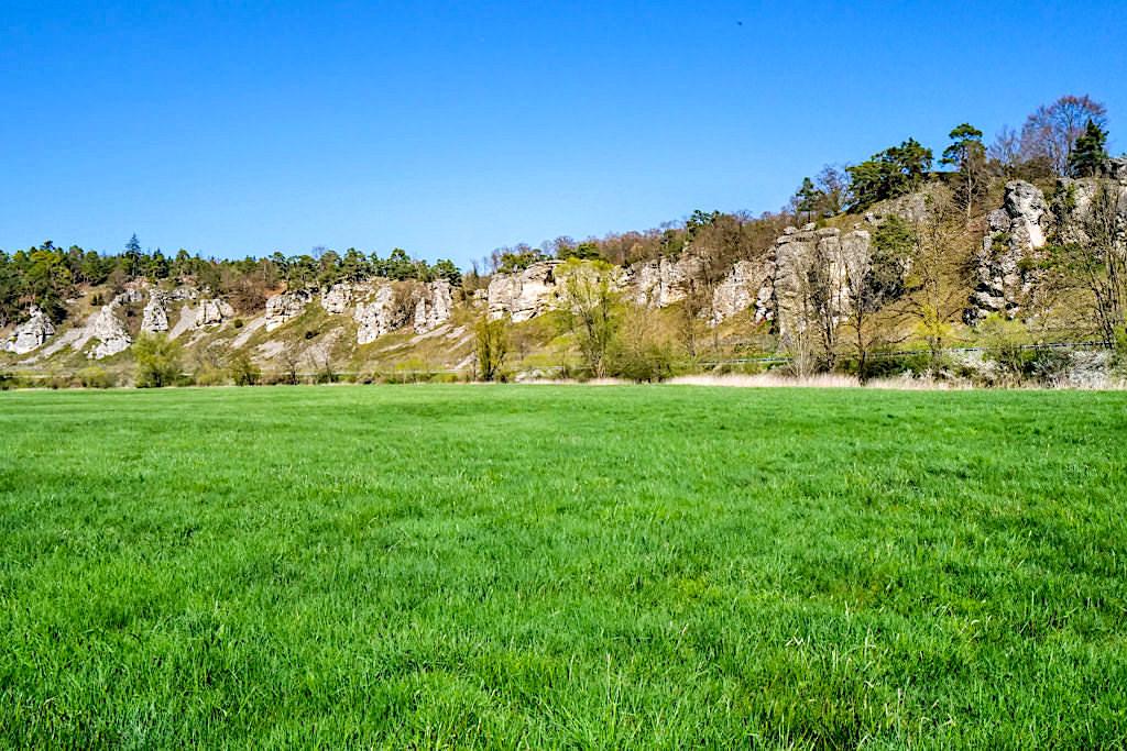 Die Felsengruppe Zwölf Apostel: Prallhänge mit steil herausragenden Domitfelsen - Typische Altmühltal Sehenswürdigkeit - Bayern