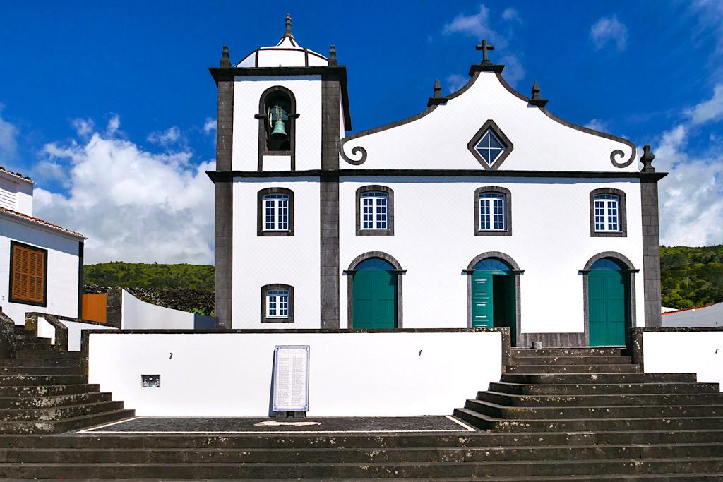 Typische Kirchen auf den Azoren: weißes Gemäuer, abgesetzt mit schwarzer Basalt - Kirche von Sao Joao - Insel Pico - Azoren