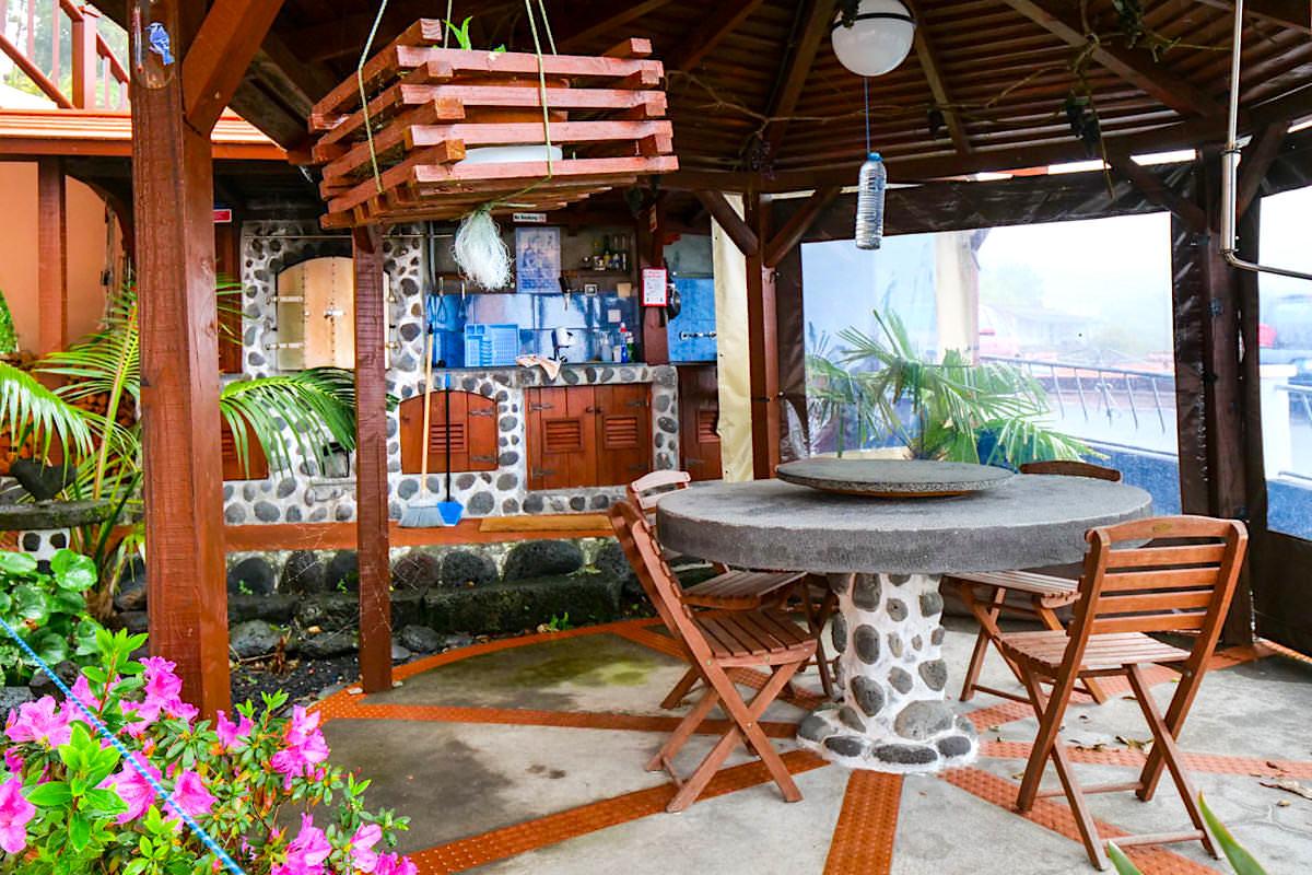 Miradouro da Papalva Guesthouse Inn - Outdoor Küche und Frühstück mit Walausguck - Sao Joao, Pico - Azoren
