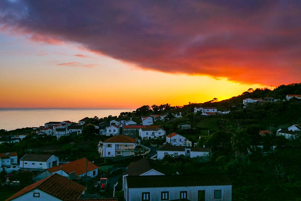 Miradouro da Papalva Guesthouse Inn -Feuriger Sonnenuntergang am Meer - Sao Joao, Pico - Azoren
