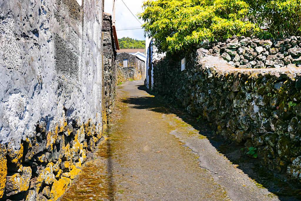 Insel Pico - Enge Gassen & Nebensträßchen durch die nicht immer ein Auto passt - Abenteuer Azoren