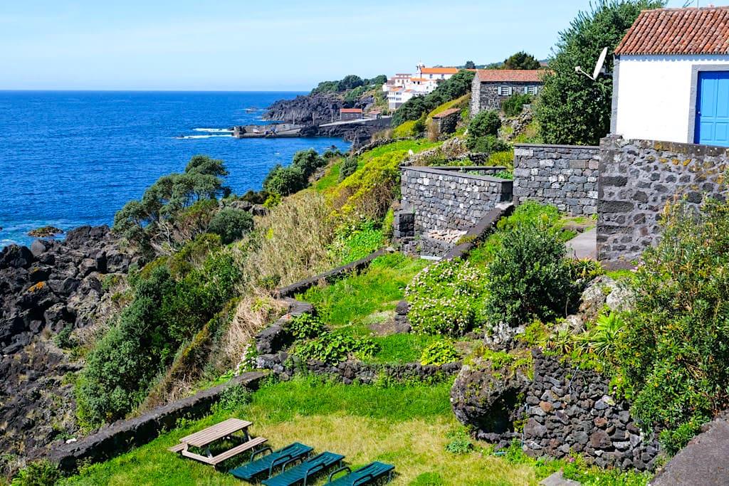 Sao Joao - Herrlicher Ausblick auf Ferienhäuser, das Dorf, den Hafen & die Küste - Insel Pico Sehenswürdigkeiten - Azoren