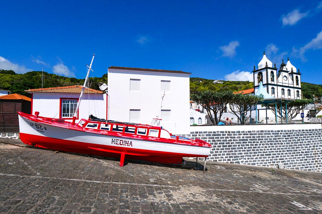 Calheta des Nesquim - Hafen, bunte Boote & Kirchplatz - Insel Pico Sehenswürdigkeiten - Azoren