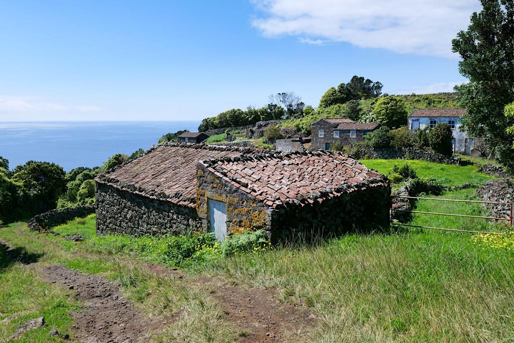 Calheta des Nesquim - Die schöne Wanderung führt vorbei an verlassenen Gehöften - Insel Pico, Azoren