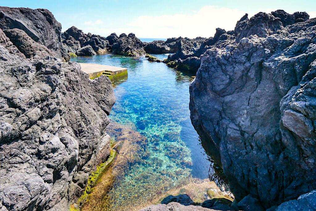 Schöne Felsenpools Poca das Mujas laden zum Baden ein - Calheta des Nesquim - Insel Pico, Azoren