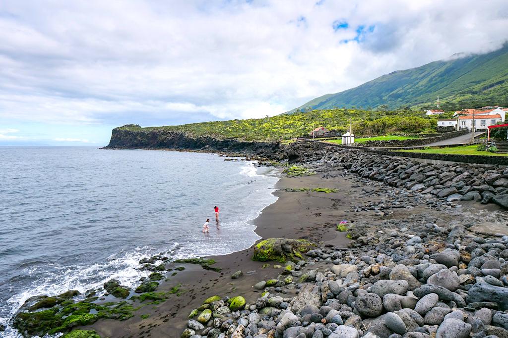 Prainha do Norte hat den einzigen Sandstrand auf Pico - Insel Pico Sehenswürdigkeiten - Azoren