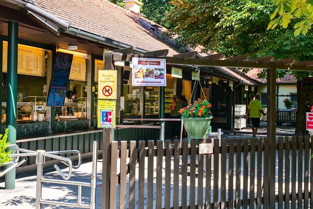 Die Essensausgabe des schönen Aumeister Biergartens - Englischer Garten Sehenswürdigkeiten - München, Bayern