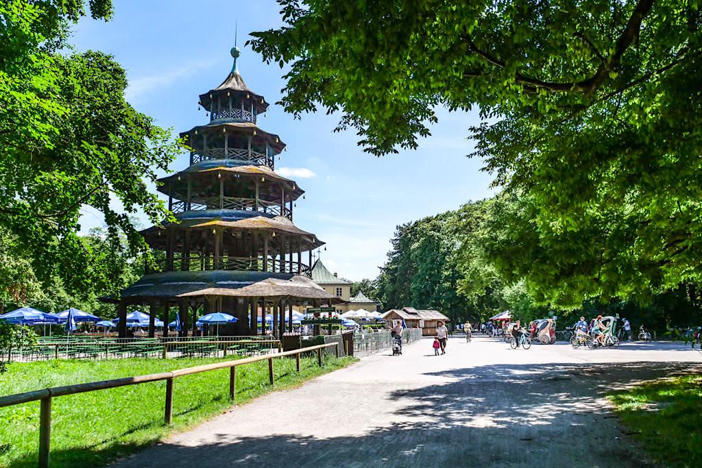 Ausblick auf den Chinesischer Turm - Eines der Wahrzeichen & Touristenmagnet im Englischer Garten von München - Bayern
