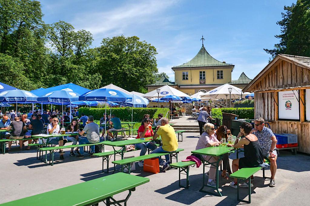 Beliebter Biergarten & Restaurant am Chinesischer Turm - Englischer Garten Sehenswürdigkeiten - München, Bayern