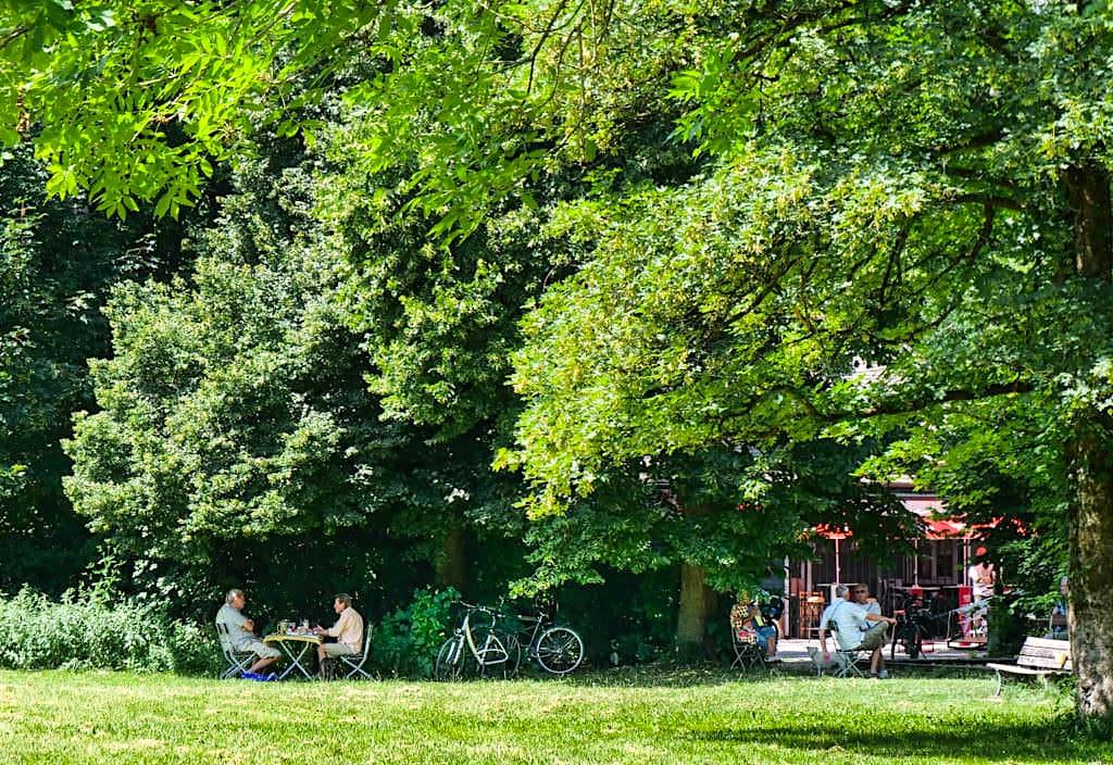 Herrlich schöne Biergartenidylle am Tivoli Pavillon - Englischer Garten Nordteil - München, Bayern