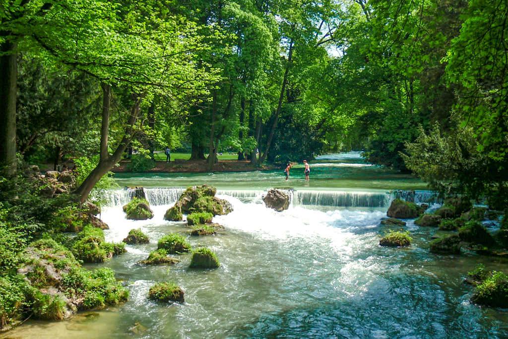 Brücke am Schwabinger Bach, wo sich Schabinger Bach und Eisbach kreuzen - Sehenswürdigkeiten im Englischer Garten - München, Bayern