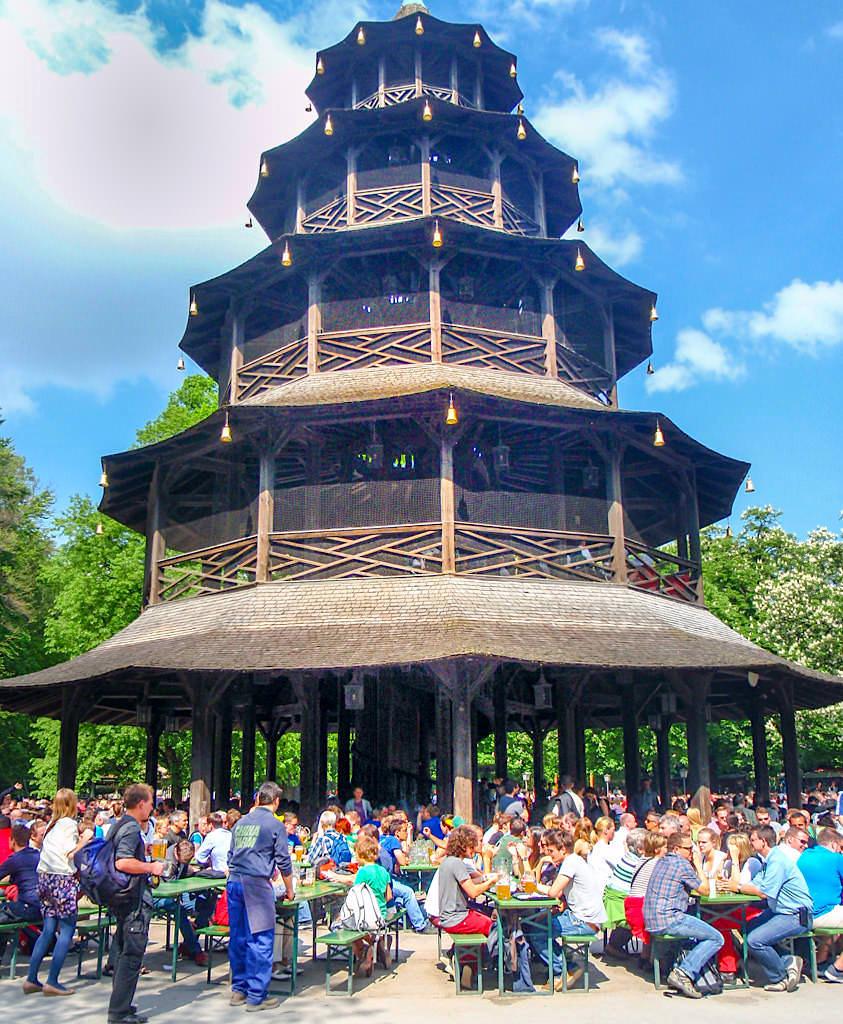 Chinesischer Turm mit Biergarten - Der wohl bekannteste Biergarten im Englischen Garten - München, Bayern
