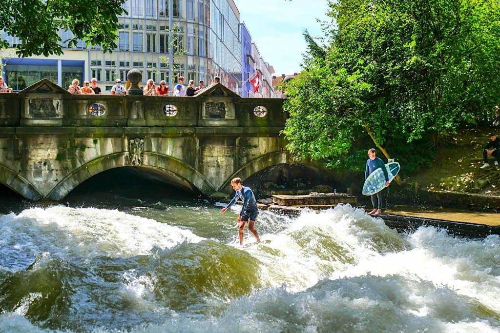 Große Eisbachwelle E1 - Weltbestes Riversurfing im Englischer Garten - München Highlight - Bayern
