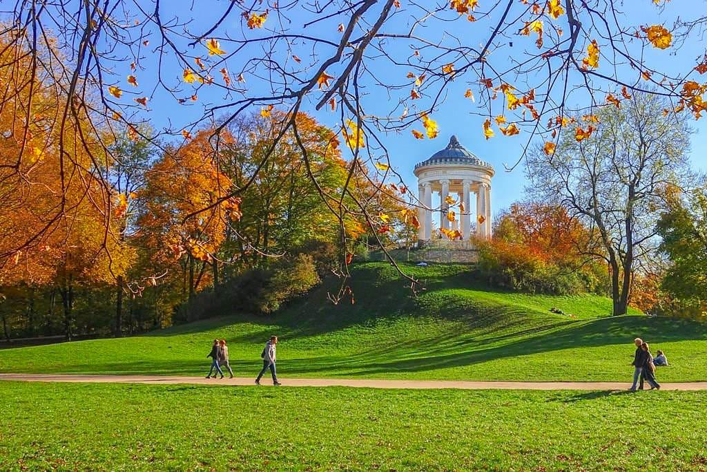 Englischer Garten in bunten Herbstfarben - München Highlights - Bayern