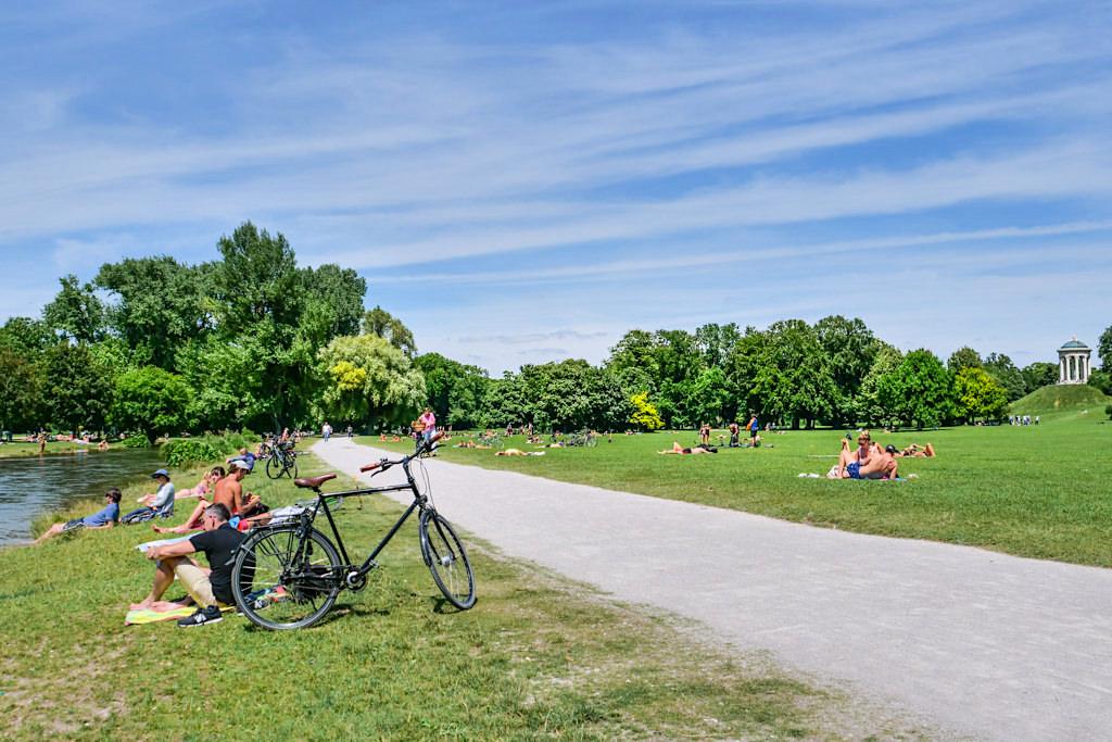 Viele Wege führen durch den Englischer Garten, der grünen Lunge Münchens - Bayern