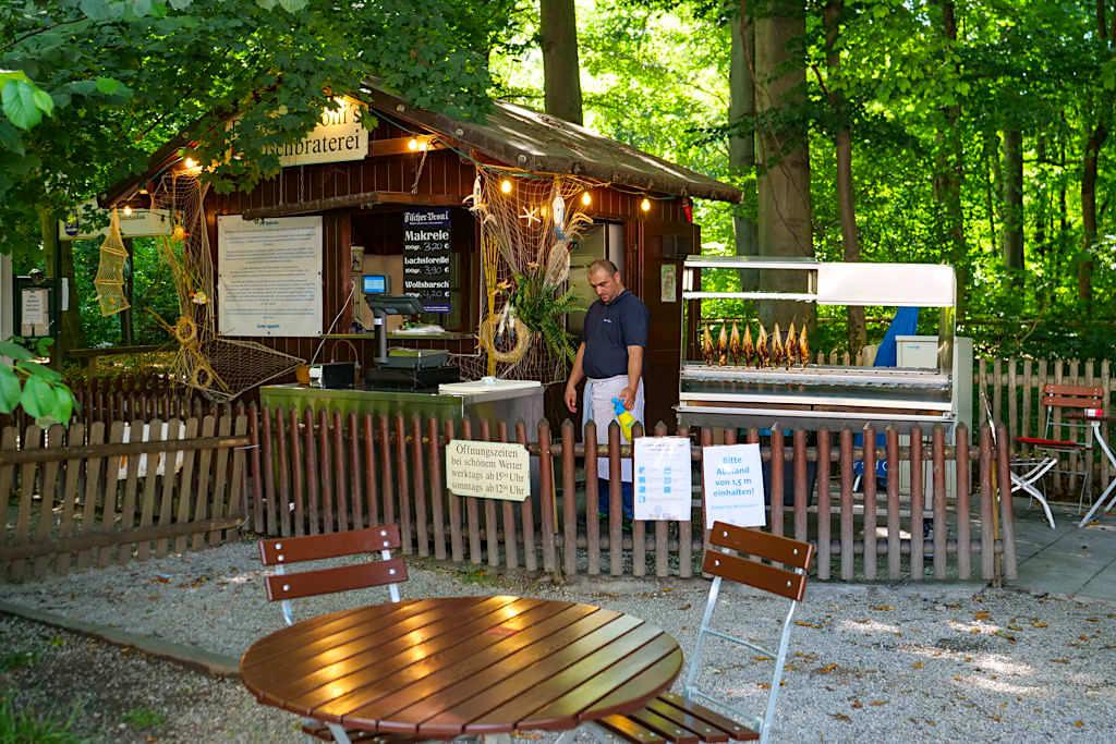 Hirschau Biergarten mit Steckerlfisch Bude - Englischer Garten der Nordteil - München, Bayern