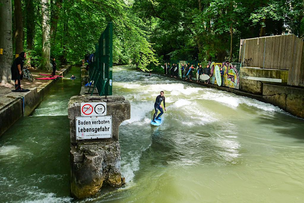 Kleine Eisbachwelle E2 für Anfänger und Fortgeschrittene im Riversurfing bei der Dianabadschwelle im Südteil Englischer Garten - München, Bayern