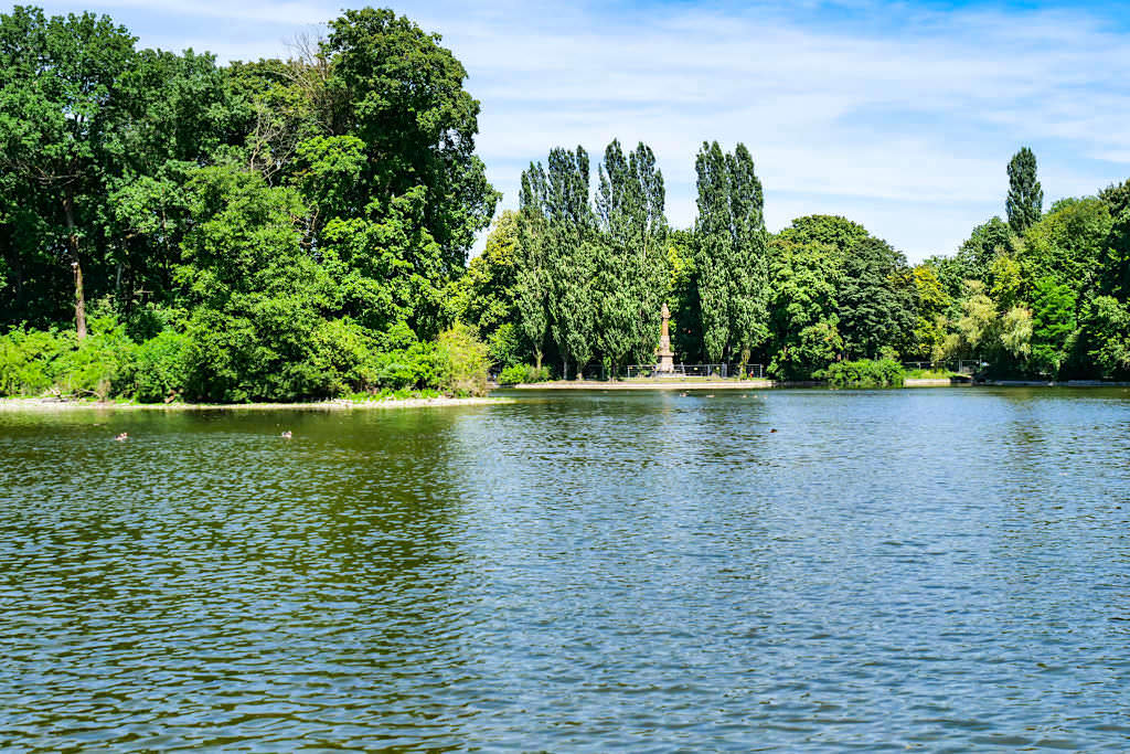 Kleinhesseloher See mit Blick auf Statue im Englischen Garten - München, Bayern