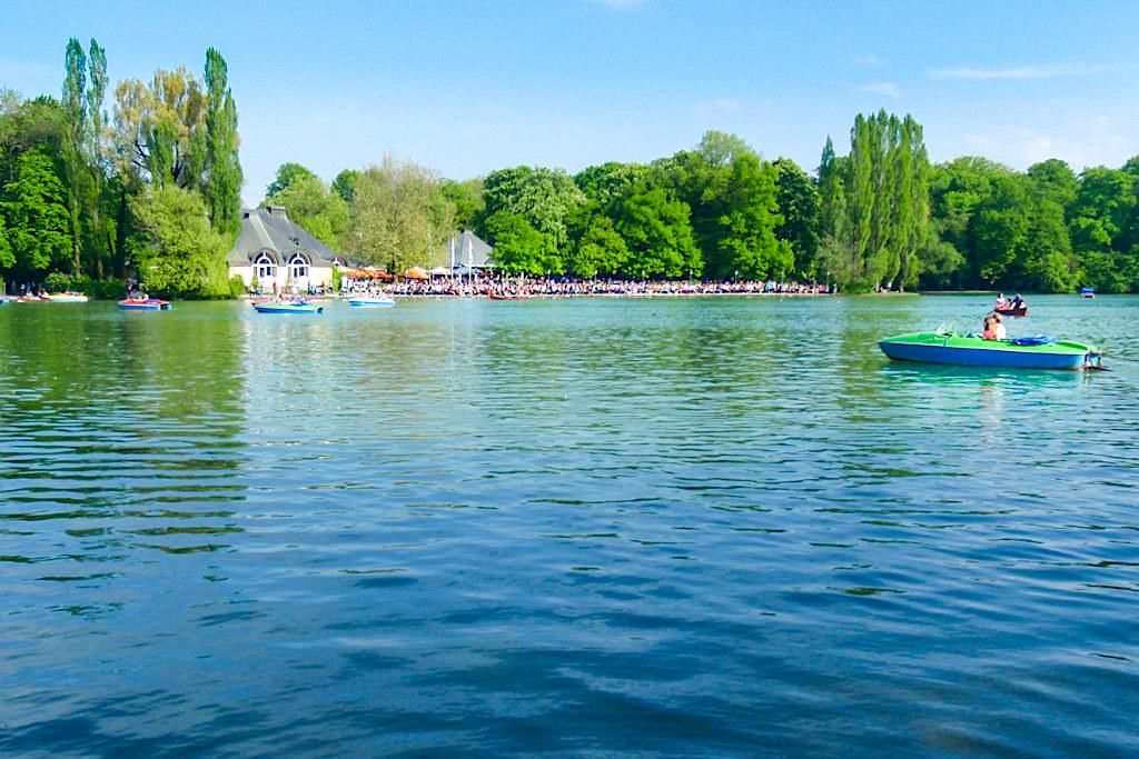 Kleinhesseloher See mit Seehaus und Tretboten - Attraktionen im Englischer Garten - München Highlights -Bayern