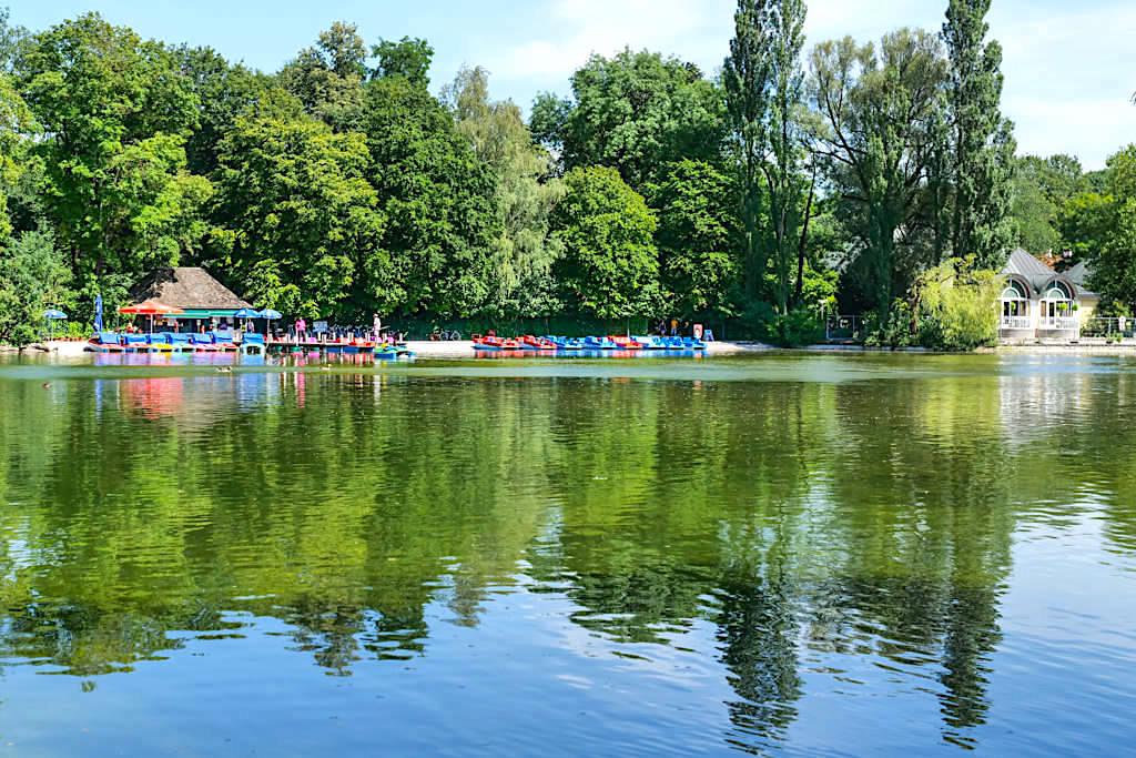 Kleinhesseloher See mit Tretboot-Verleih - Englischer Garten Highlights in München - Bayern