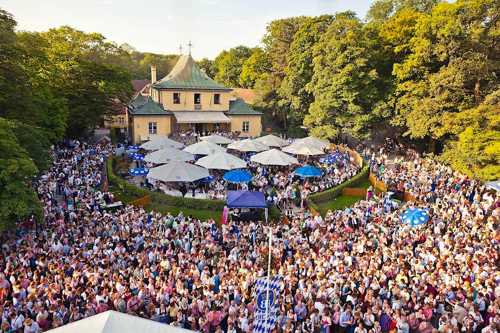 Zehntausende Menschen auf dem alljährlicher berühmter Kocherlball am Chinesischer Turm im Juli - Englischer Garten - München, Bayern