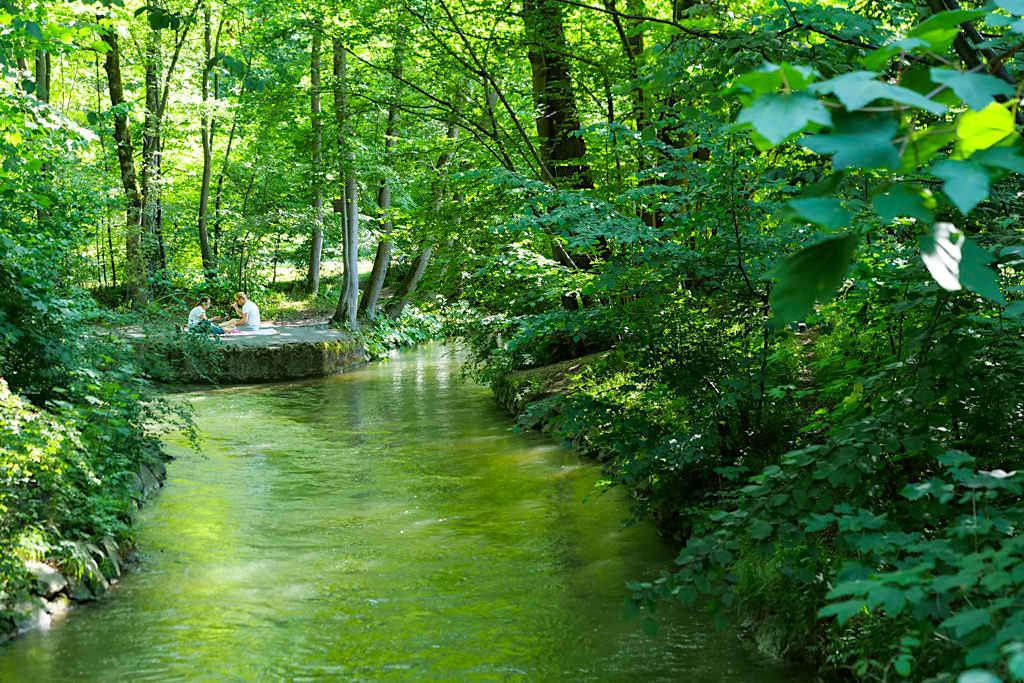 Picknick am Obermeisterjägerbach im Nordteil des Englischen Gartens - Sehenswürdigkeiten in München - Bayern