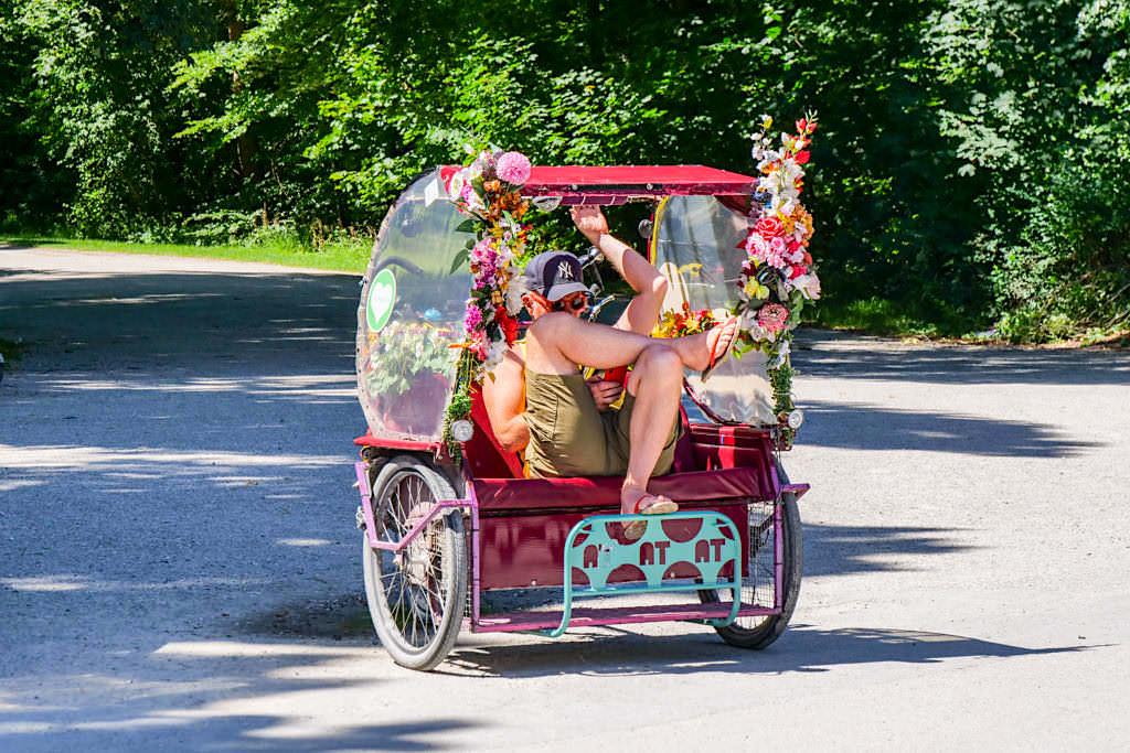 Rikscha-Fahrer im Englischen Garten wartet auf seine Kunden - München Sehenswürdigkeiten - Bayern