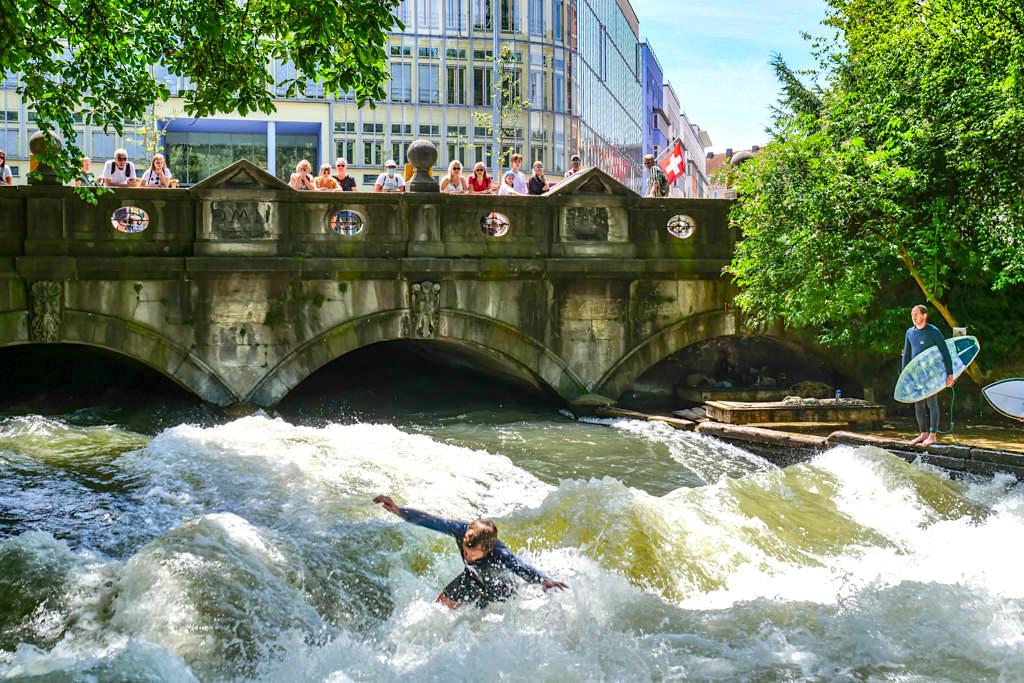 Riversurfer Profis & Könner auf der Großen Eisbachwelle E1 im Englischen Garten - München Welt-Haupstadt im Flusssurfen - Bayern