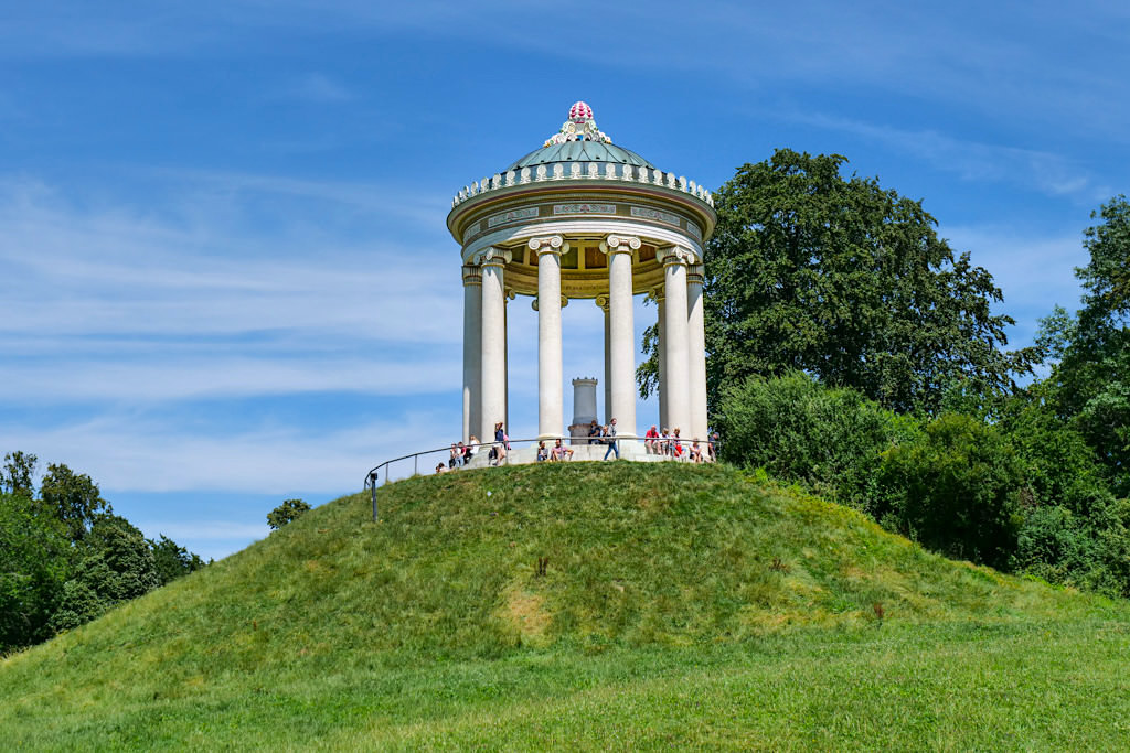 Der wunderschön gelegene Monopteros ist ein Säulen-Rundtempel & Wahrzeichen des Englischer Gartens und München - Bayern