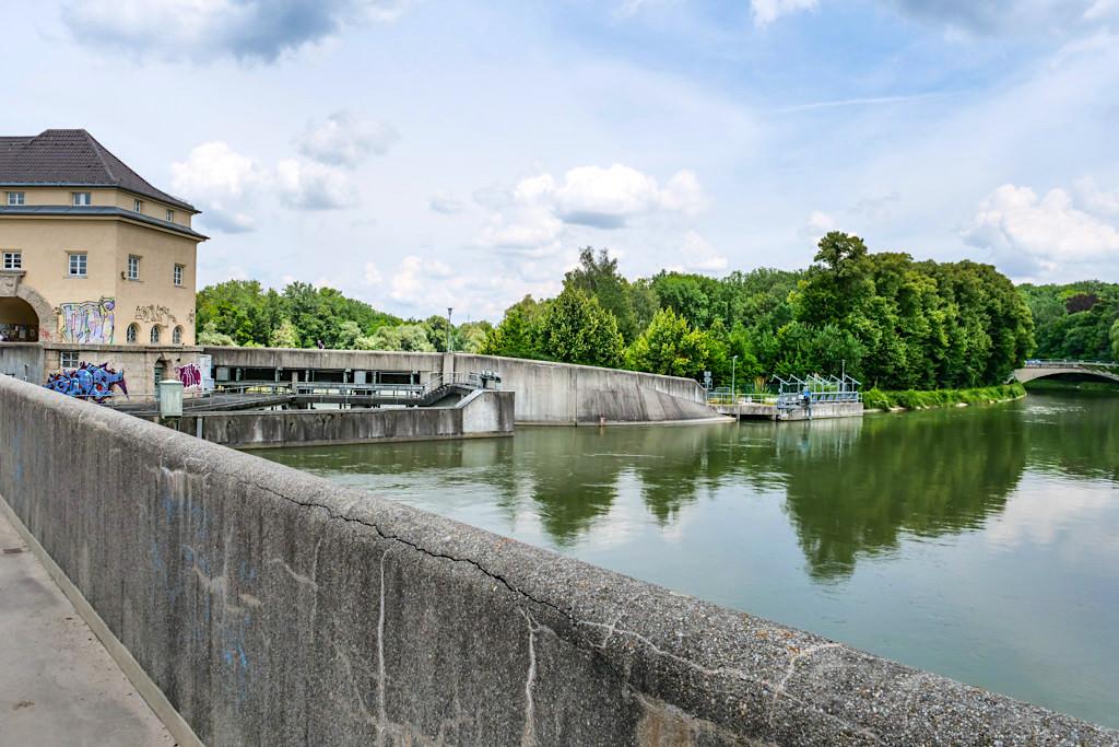 Stauwehr Oberföhring teilt in den natürlichen Isar Flusslauf und den Mittleren Isar Kanal auf - Englischer Garten - Bayern