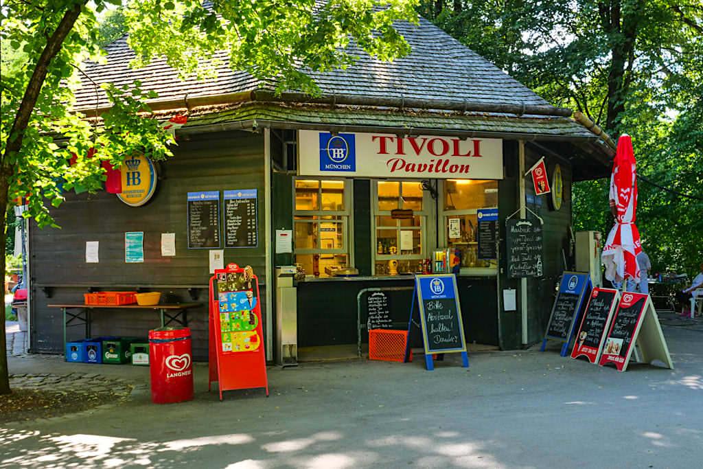 Tivoli Pavillon mit seinen urig, bayrischen Gästen - Englischer Garten Nordteil - München, Bayern