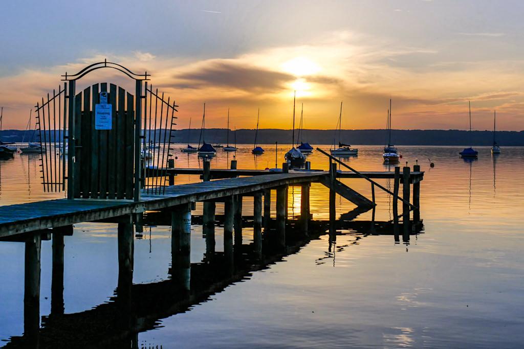 Herrsching ist das Ziel der 3-Seen-Wanderung vom StarnbergerSee über den Maisinger See zum Ammersee - Sonnenuntergang als Ausklang des Wandertages - Bayern