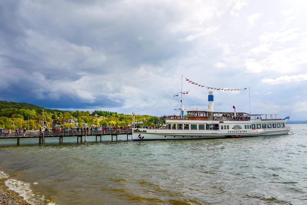 Dampfersteg in Herrsching am Ammersee - Schifffahrt über den Ammersee nach der Wanderung von Starnberg zum Ammersee - Bayern