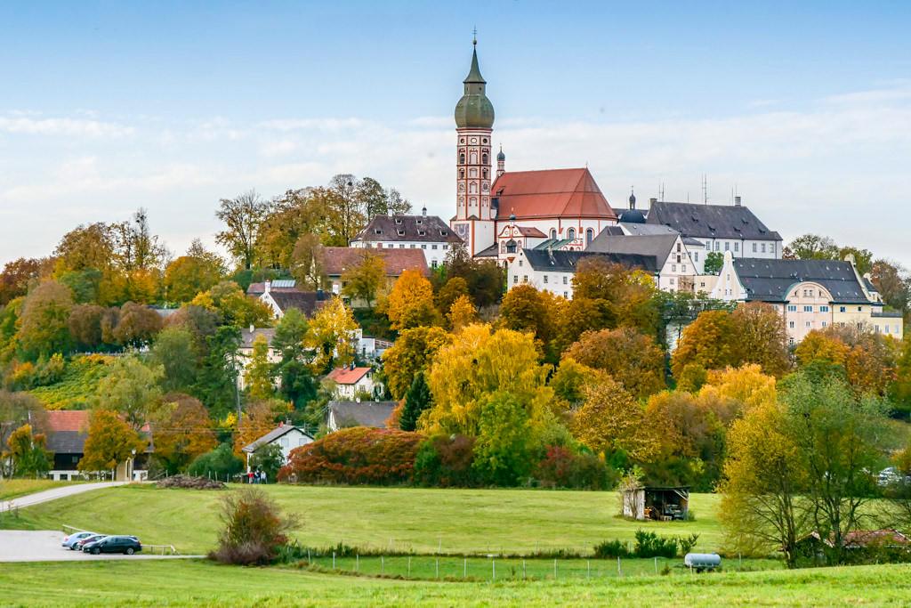 Schönster Ausblick auf das Kloster Andechs im Herbst - Drei-Seen-Wanderung vom Starnberger See über den Maisinger See zum Ammersee - Bayern