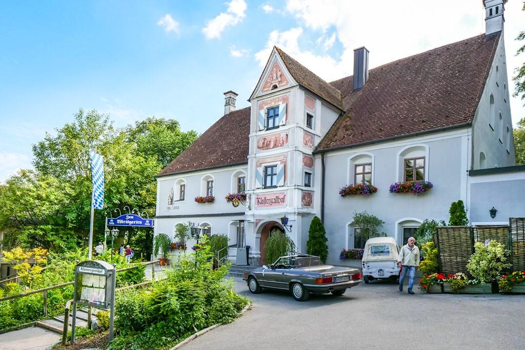 Klostergasthof Andechs beim Aufstieg auf den Heiligen Berg zum Kloster Andechs - Bayern