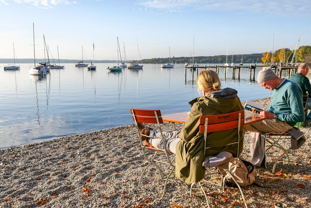 Wunderschöne Uferpromenade in Herrsching am Ammersee mit vielen Cafes & Restaurants - Bayern