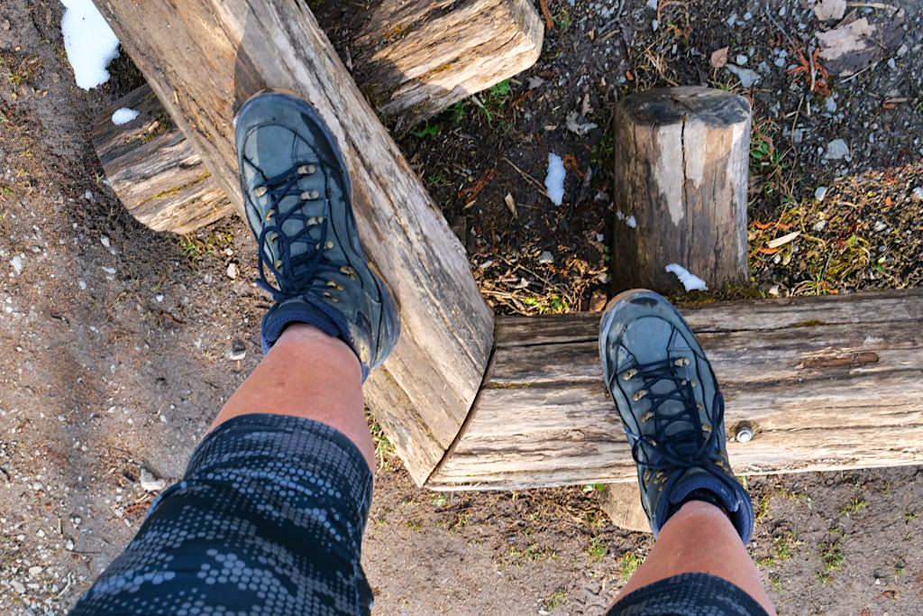 Wandern mit Stöcken - Ausgleich: Balancieren auf Stämmen als Training von Gleichgewichtsinn & Koordination - Passenger on Earth
