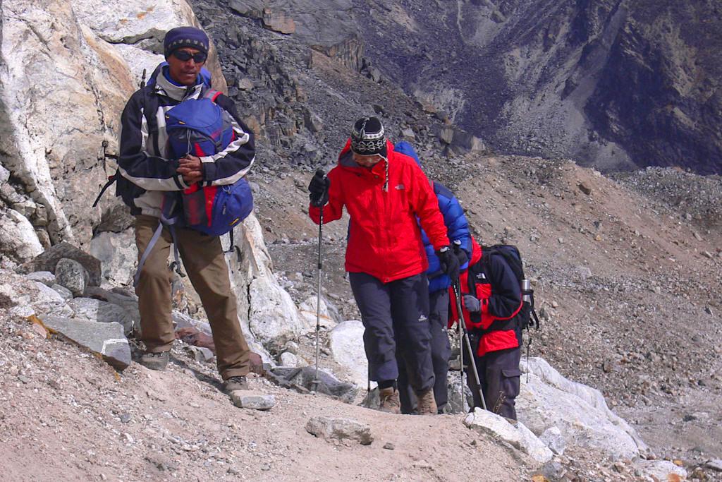 Wandern mit Stöcken - In den großen Höhen der Himalaya Region unterstützen Trekkingstöcke und sorgen für leichtes Gehen - Passenger on Earth