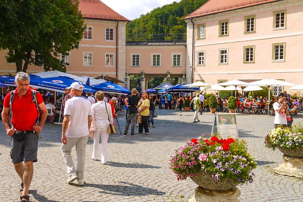 Innenhof & Biergarten - Kloster Weltenburg - Rundwanderung Donaudurchbruch - Bayern