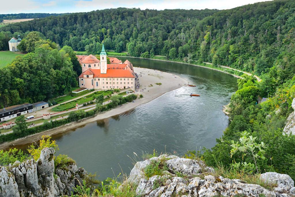 Grandioser Ausblick auf Kloster Weltenburg selbst bei Regen - Wanderung Donaudurchbruch und Weltenburger Enge - Bayern