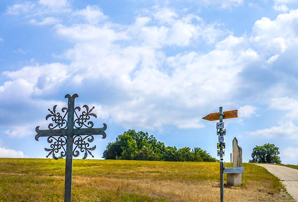 Wegweiser beim Kreuz mit Bank auf dem Frauenberg - Weltenburger Höhenweg Wanderung vom Kloster Weltenburg nach Kelheim - Bayern