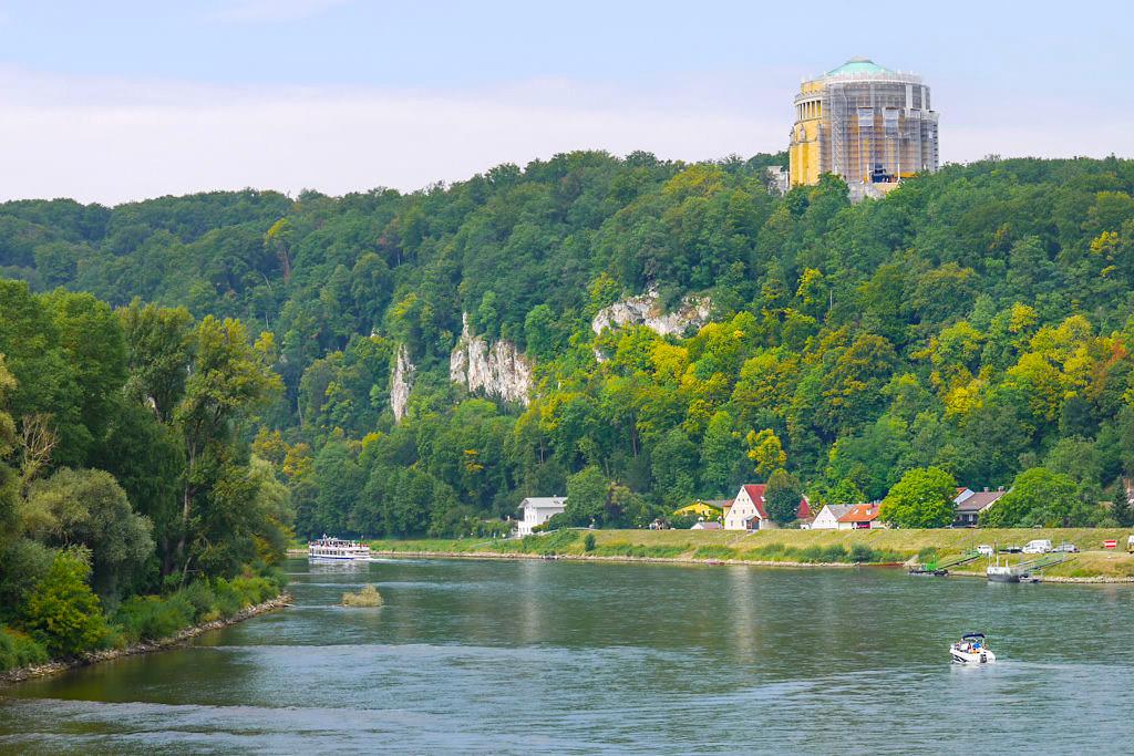 Herrlicher Ausblick von der Maximilian Brücke in Kelheim auf die Donau, Michelsberg & Befreiungshalle - Rundwanderung Donaudurchbruch & Kloster Weltenburg - Bayern